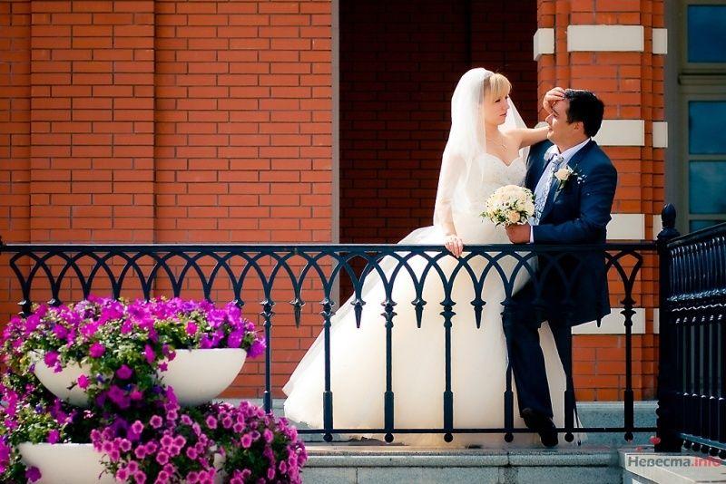 Жених и невеста, прислонившись друг к другу, стоят на веранде дома - фото 49540 Невеста01