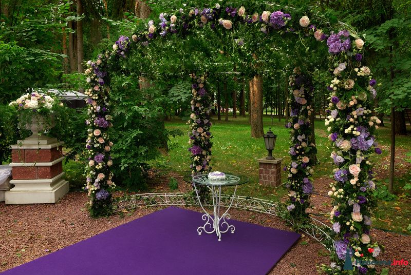 Подковообразная свадебная арка, украшенная множеством прекрасных цветов - фото 103781 Невеста01