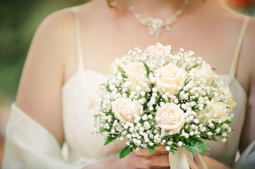 Букет невесты из гипсофила и розах