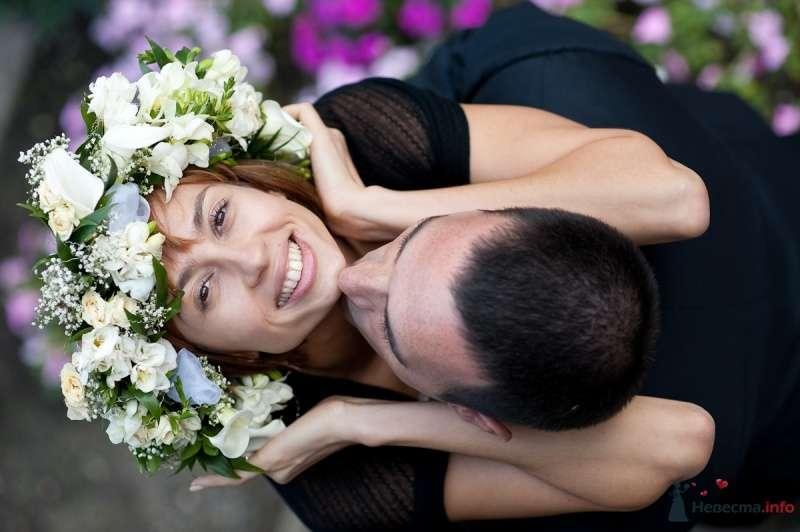Романтический образ невесты выражен в прическе из распущенных локонов украшенных пышным венком из белых живых цветов - фото 47808 Цирца