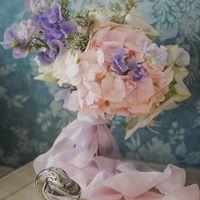Нежный букет невесты из розовых гортензий и фиолетовых латирусов