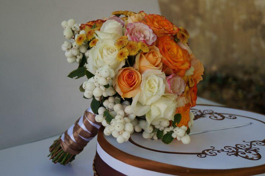 Букет невесты из белых и оранжевых роз, желтых хризантем и белых ягод снежноягодника, декорированный коричневой атласной лентой  - фото 799177 Buketnevesty - флористика