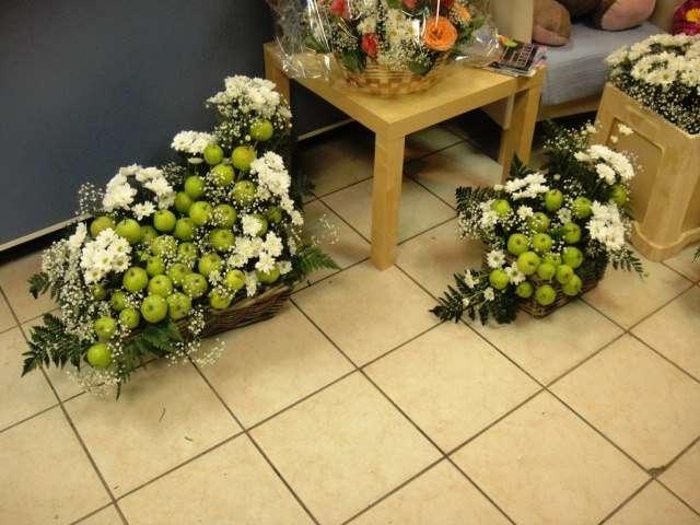 Композиции из белых ромашковых и кустовых хризантем, зеленых яблок, папоротника и гипсофилы в корзинах.  - фото 2587663 Цветочный магазинчик - услуги оформления