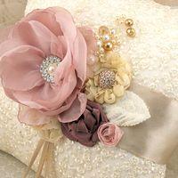 Бежевая подушечка для колец с шелковыми цветами
