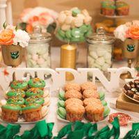 Такой сладкий стол притягивает внимание всех гостей.