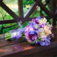 Букет невесты в сиреневых  оттенках из роз, фрезий и фиалок