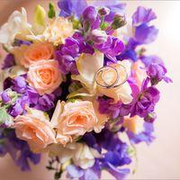 Букет невесты из сиреневых фрезий и розовых роз