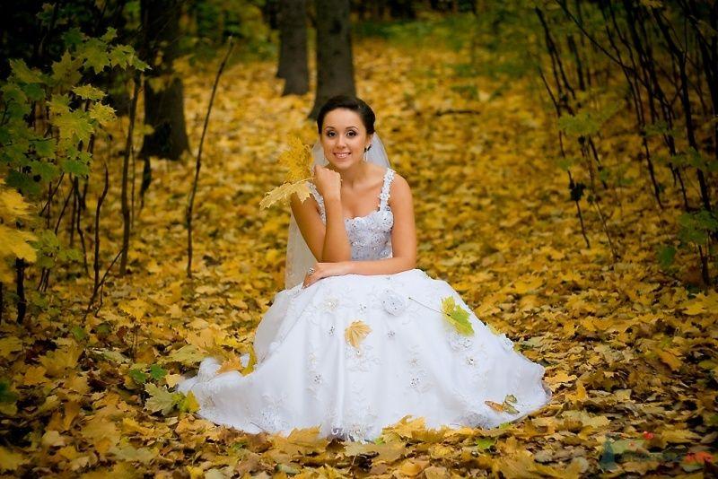 Невеста в белом платье сидит в осеннем лесу - фото 51827 Sunny-Angel
