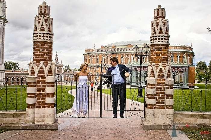 Жених и невеста на воротах в Царицыно - фото 37682 Фотограф Владимир Будков