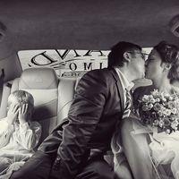 Поцелуй жениха и невесты в лимузине