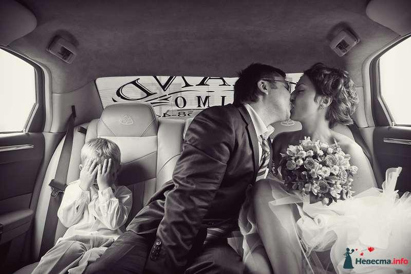 Поцелуй жениха и невесты в лимузине - фото 173740 Фотограф Владимир Будков