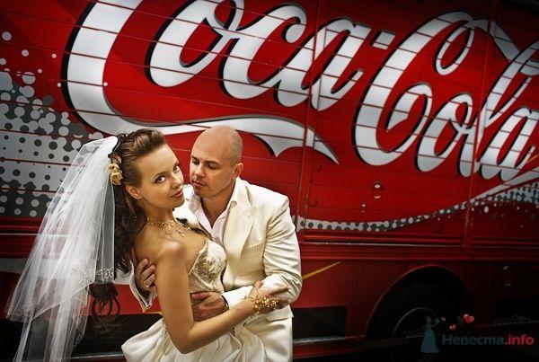 Жених и невеста стоят, прислонившись друг к другу, возле красного вагончика - фото 54965 Свадебный распорядитель - Бедрикова Оксана