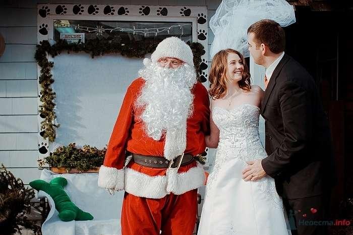 Жених и невеста стоят, прислонившись друг к другу, возле Деда мороза - фото 55132 Свадебный распорядитель - Бедрикова Оксана