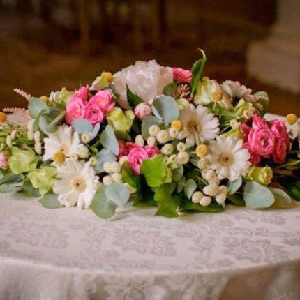 Оформление цветами стола молодожёнов