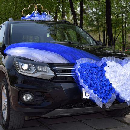 Свадебные украшения на машину напрокат в бело-синем цвете
