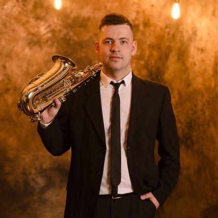 Выступление саксофониста на вэлком-зону
