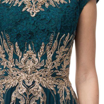 Платье с небольшим рукавом, акцентом на груди и талии