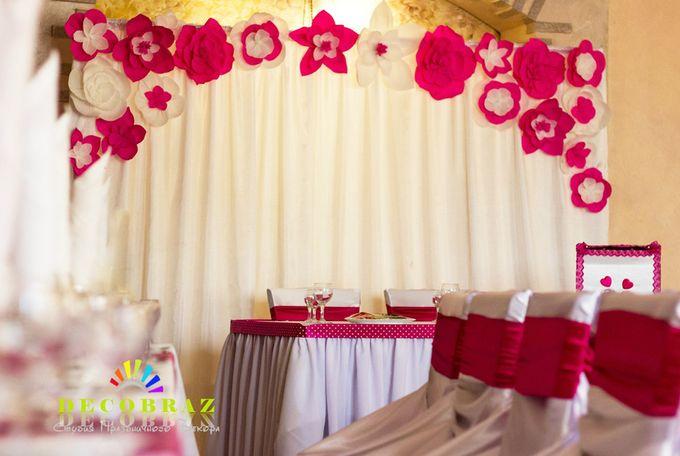 Украсить зал бумажными цветами