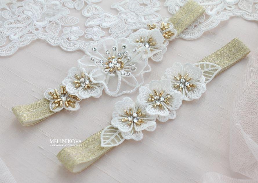 Золотые подвязки с цветами и стразами