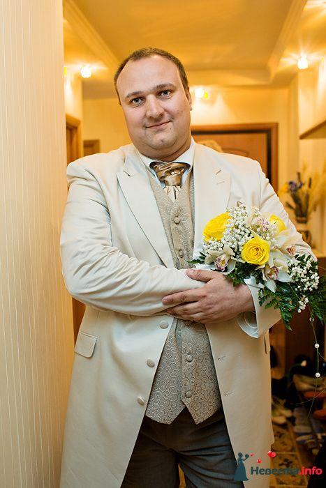 """Классический бежевый костюм жениха """"тройка"""" с темно-бежевой жилеткой, белой рубашкой и с золотистым галстуком, дополненный - фото 117226 Claire"""