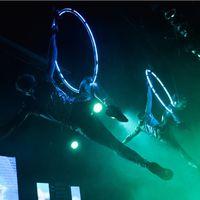 Гимнасты на воздушных кольцах