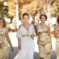 Невеста и её подружки в парке