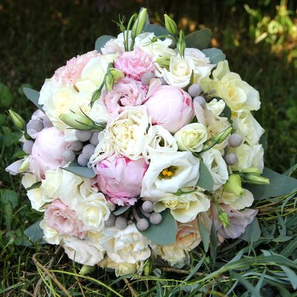 Букет невесты из роз, пионов, фрезий