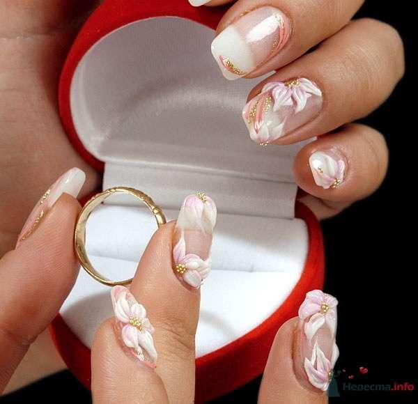 Руки невесты на фоне коробочки с кольцом.Ноготки оформлены классик- френчем с лепкой в виде цветков. - фото 73374 Дарьяночка