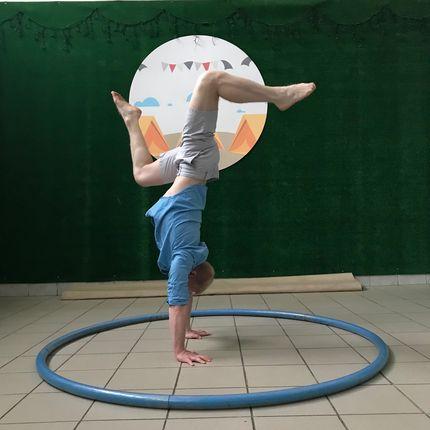 Акробатическое выступление с колесом Сира