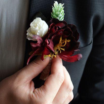 Бутоньерки из тканевых цветов