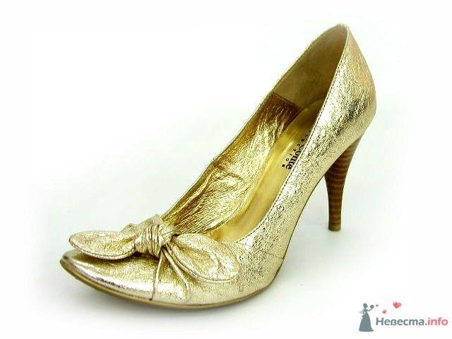Золотые туфли на небольшом каблуке, спереди бантик.