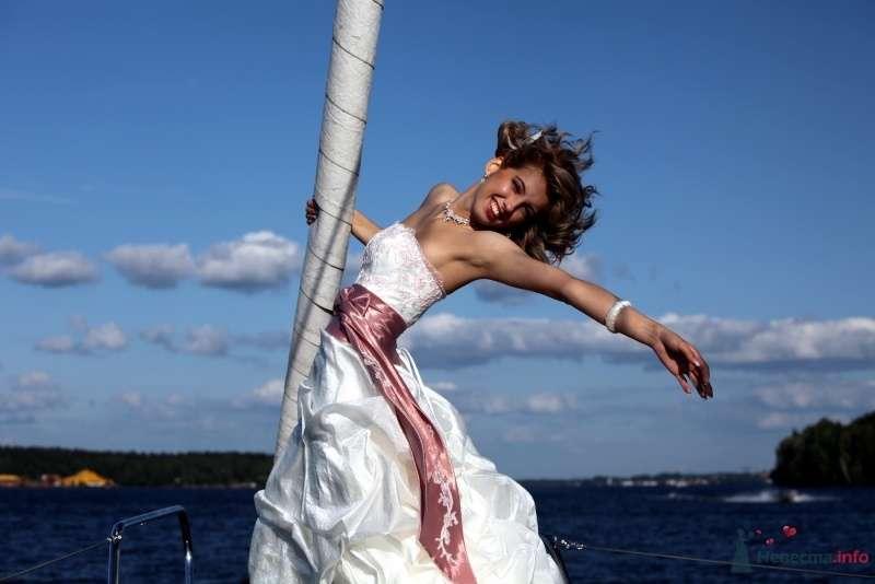 Невеста в белом длинном платье стоит на яхте - фото 58357 Irinka@Kirill