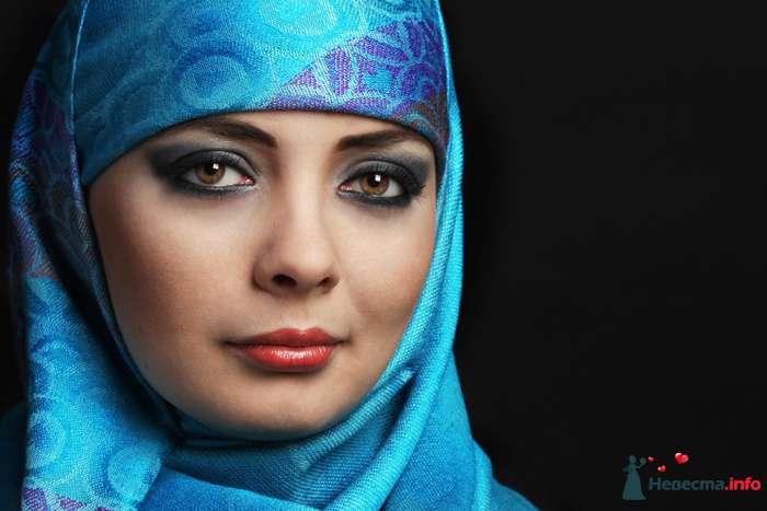 Волосы и шею невесты плотно закрывает голубой шарф, повязанный согласно этническим традициям - фото 82344 Фотограф Катерина Плохова