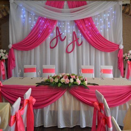 Оформление президиума для молодых в розовом цвете
