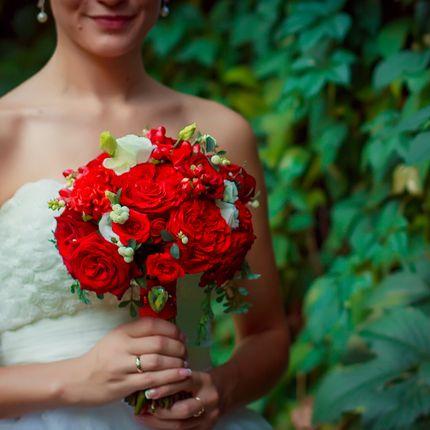 Ярко- красный букет невесты