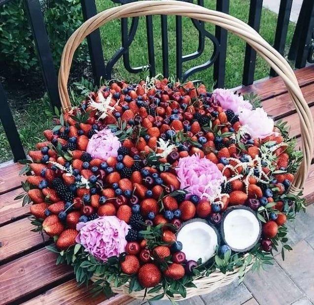 Роскошный ягодный букет в корзине в подарок молодоженам - фото 19147148 Фрукты в подарок - подарочные корзины и букеты