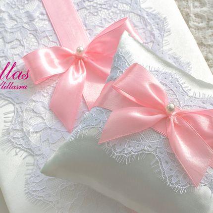 Свадебная подушечка для колец с розовым бантом.