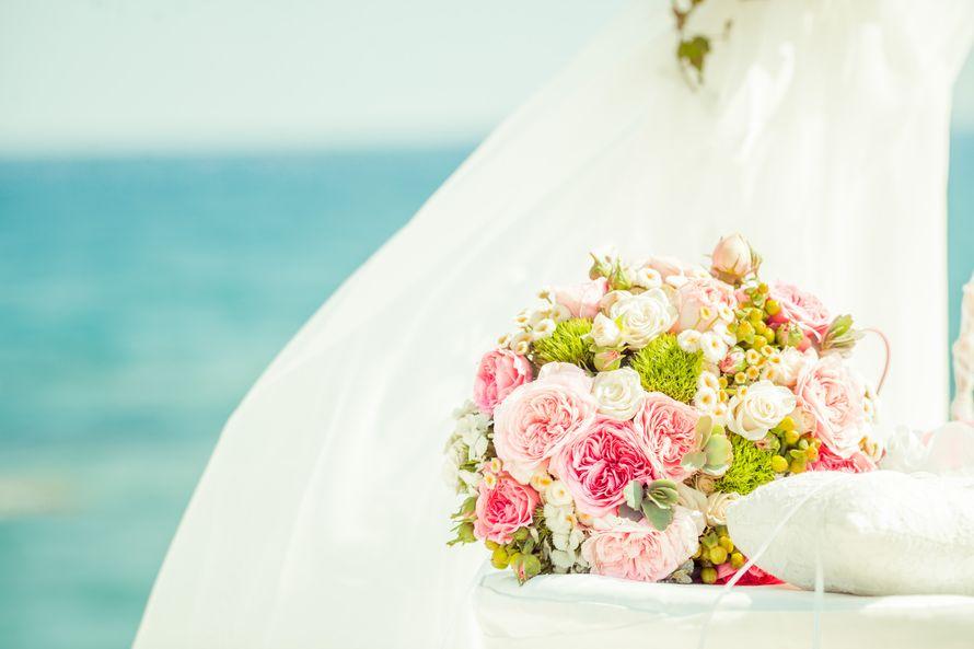 Букет невесты из розовых роз, белых танацетумов, зеленых ягод гиперикума и диантус гренни  - фото 2818575 Sunny Cyprus Wedding