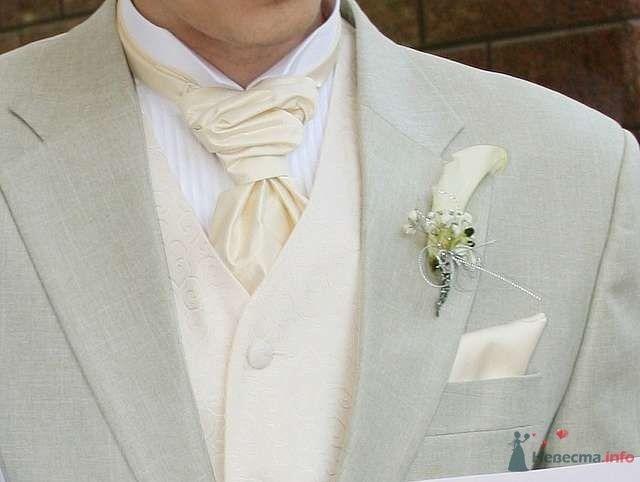 Бутоньерка из белой лилии с белой гипсофилой, украшенная белыми бусинами и завязанная белой атласной лентой, в петлице пиджака - фото 65180 Лавинка