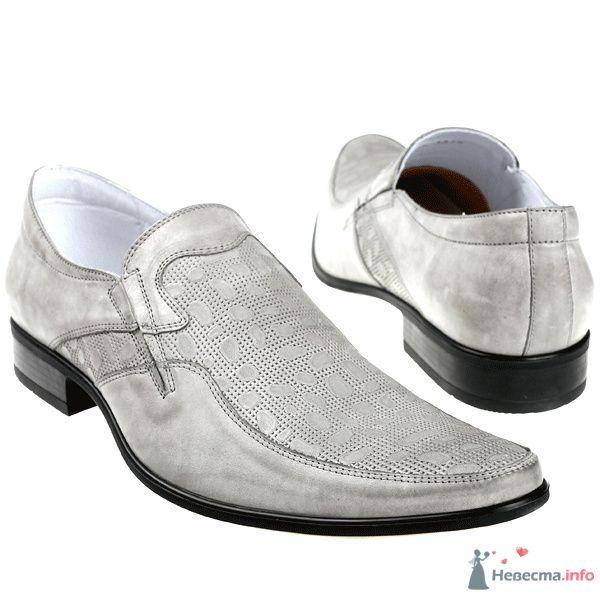 Серые мужские кожные туфли с черными каблуками