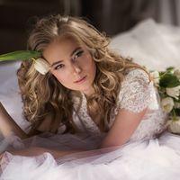 Утренний портрет невесты с тюльпанами, свадебная будуарная фотосессия