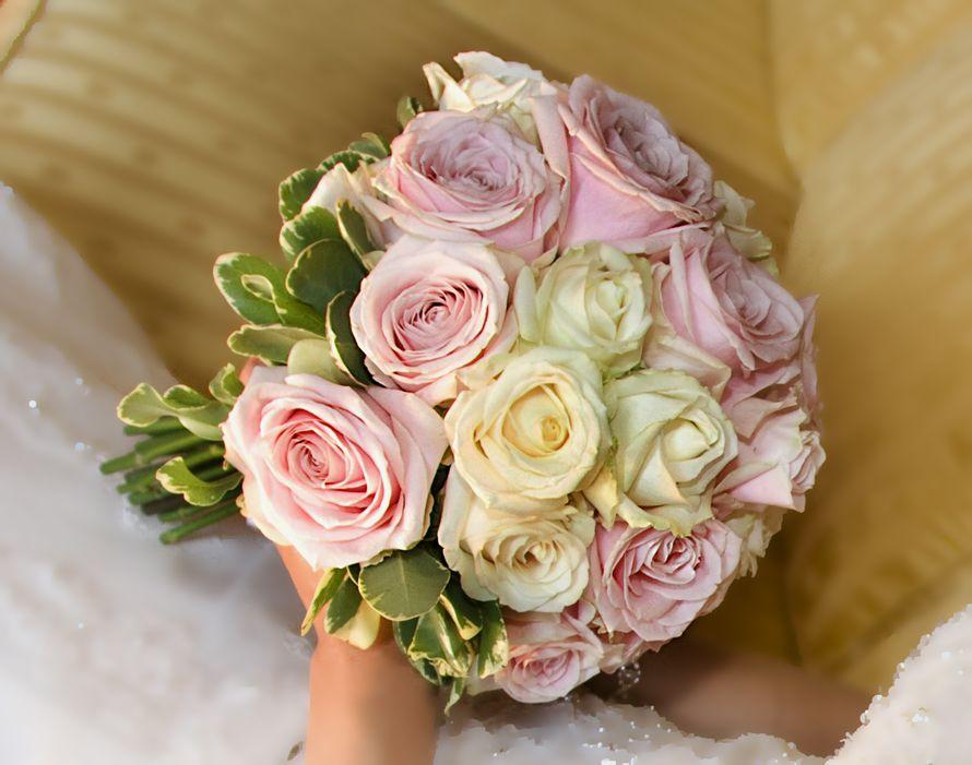 Букет невесты из зеленого лигуструма, розовых и белых роз - фото 2873125 LarioArea - свадьба в Италии